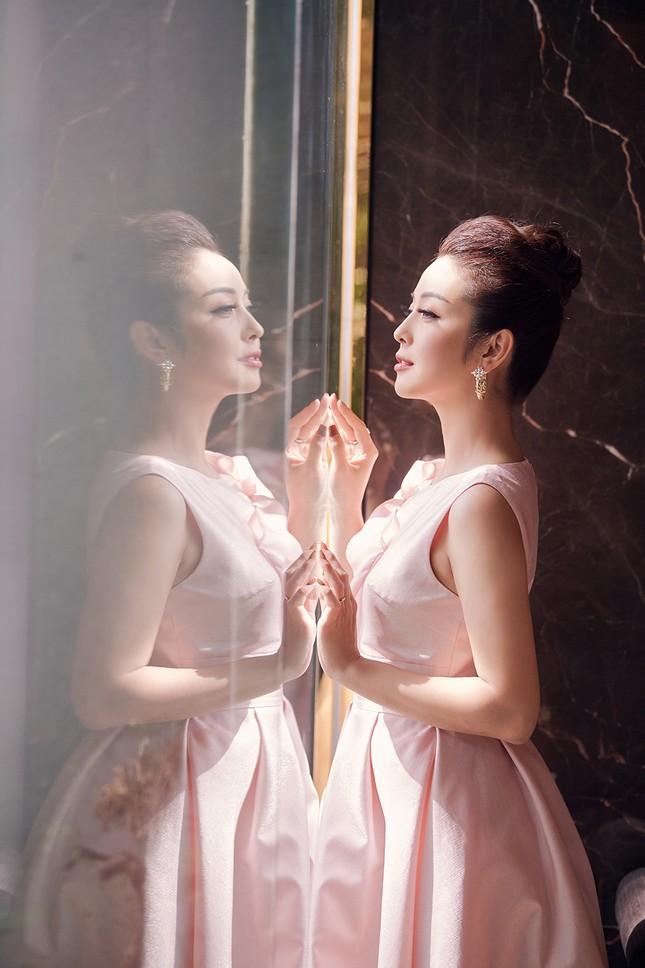 Jennifer Phạm tăng 4kg vẫn xinh đẹp rạng rỡ với đầm hồng công chúa khi làm MC ảnh 7