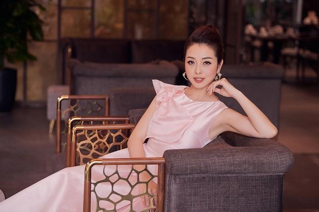 Jennifer Phạm tăng 4kg vẫn xinh đẹp rạng rỡ với đầm hồng công chúa khi làm MC ảnh 8