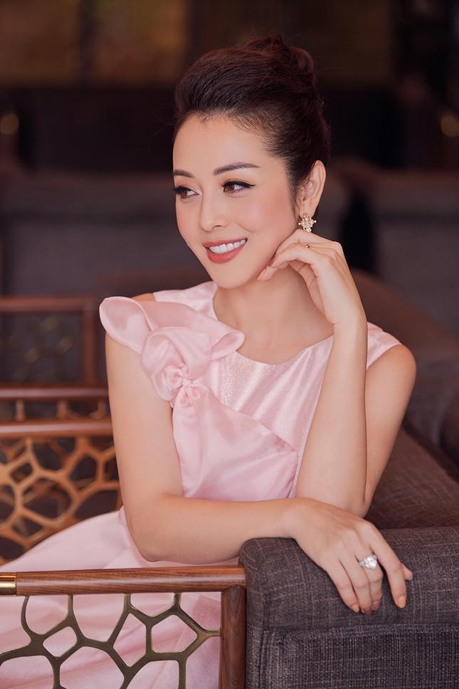 Jennifer Phạm tăng 4kg vẫn xinh đẹp rạng rỡ với đầm hồng công chúa khi làm MC ảnh 9