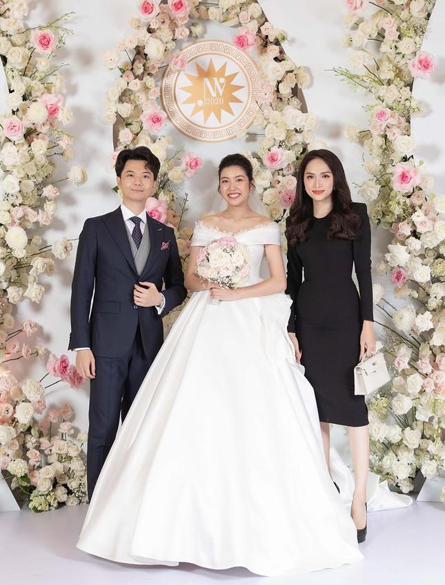 Tường Linh bất ngờ tái xuất, khoe vòng một gợi cảm dự đám cưới Thuý Vân ảnh 1