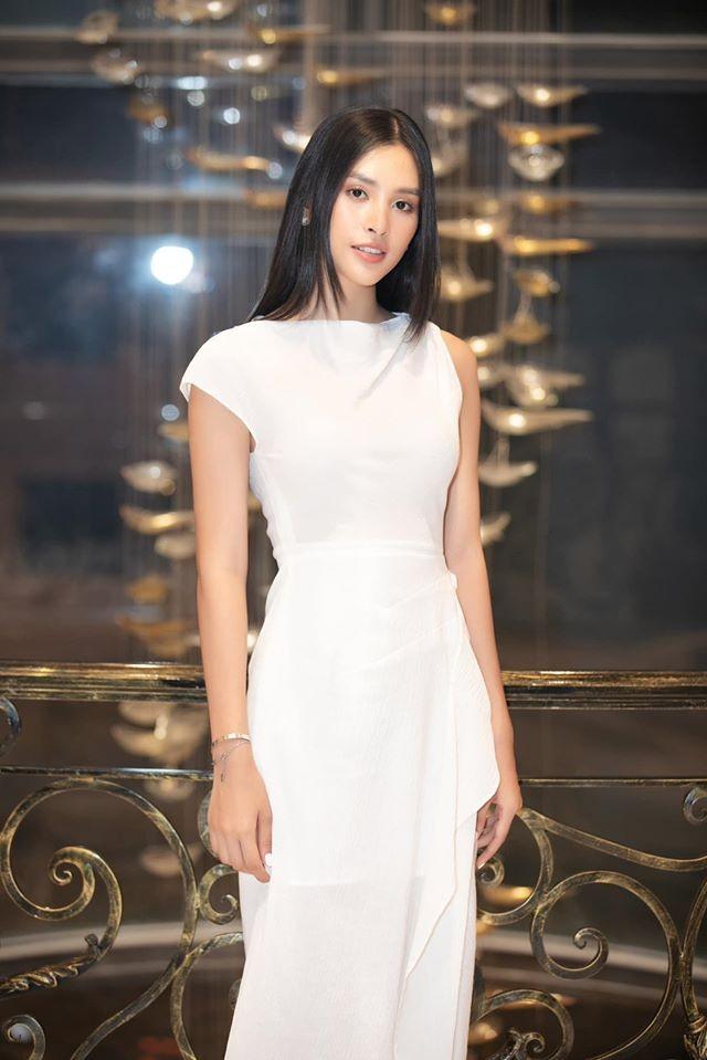Huyền My - Võ Hoàng Yến diện váy cổ chữ V xẻ sâu gợi cảm, khoe thần thái 'vạn người mê' ảnh 11