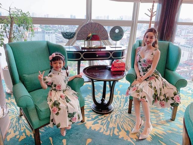 Huyền My - Võ Hoàng Yến diện váy cổ chữ V xẻ sâu gợi cảm, khoe thần thái 'vạn người mê' ảnh 13