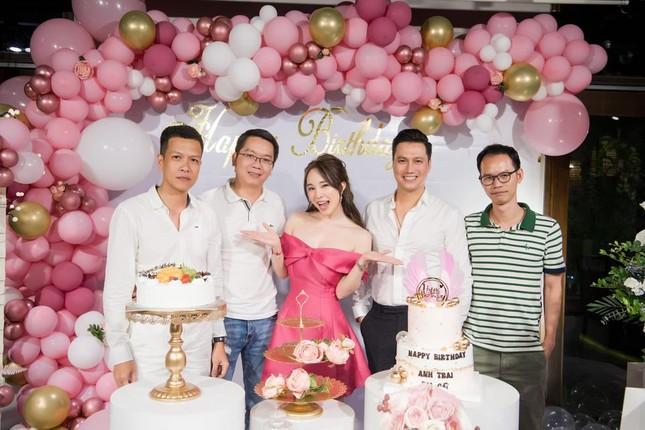 Quỳnh Nga khoe vòng 1 nóng bỏng, tình tứ bên Việt Anh trong tiệc sinh nhật quy tụ dàn sao ảnh 11