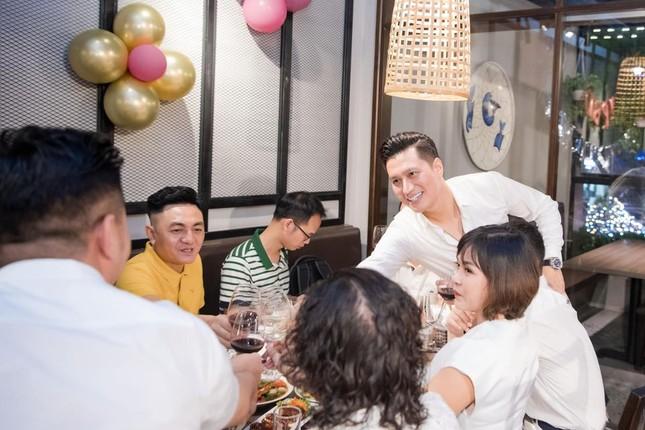 Quỳnh Nga khoe vòng 1 nóng bỏng, tình tứ bên Việt Anh trong tiệc sinh nhật quy tụ dàn sao ảnh 7