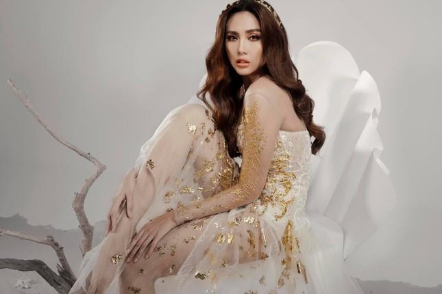 Võ Hoàng Yến hóa 'nữ thần' với váy xuyên thấu, Tiểu Vy diện váy cổ chữ V nóng bỏng ảnh 1