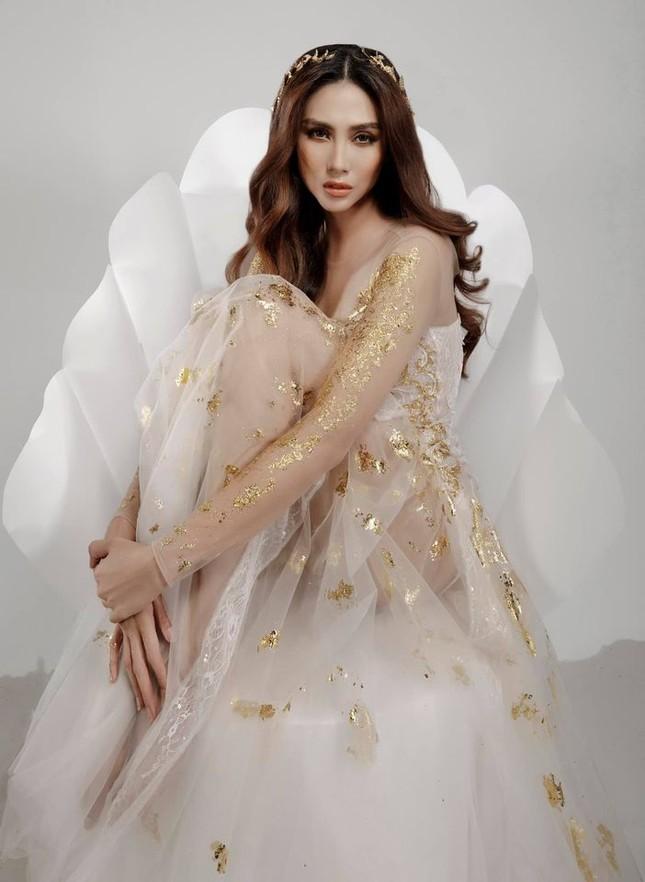 Võ Hoàng Yến hóa 'nữ thần' với váy xuyên thấu, Tiểu Vy diện váy cổ chữ V nóng bỏng ảnh 2