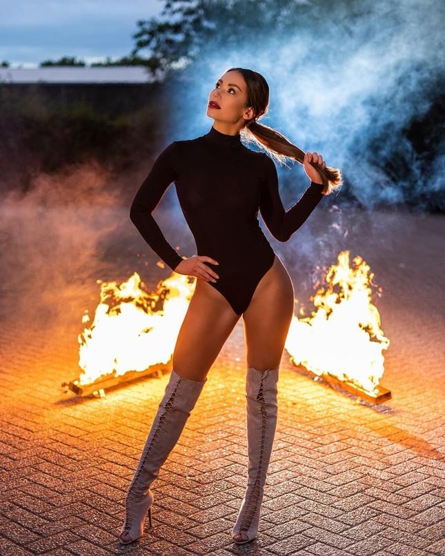 Huấn luyện viên thể hình sở hữu vẻ nóng bỏng 'đốt mắt' lên ngôi Hoa hậu Trái đất Hà Lan ảnh 8