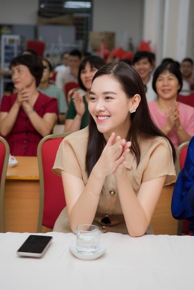 Võ Hoàng Yến 'tấu hài' với mái tóc súp-lơ, Mai Phương Thuý nóng bỏng cùng áo tắm ảnh 12