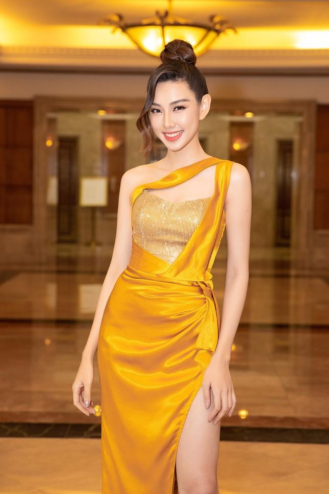 Dàn Hoa hậu, Á hậu lộng lẫy khoe sắc trên thảm đỏ họp báo Hoa hậu Việt Nam 2020 ảnh 17