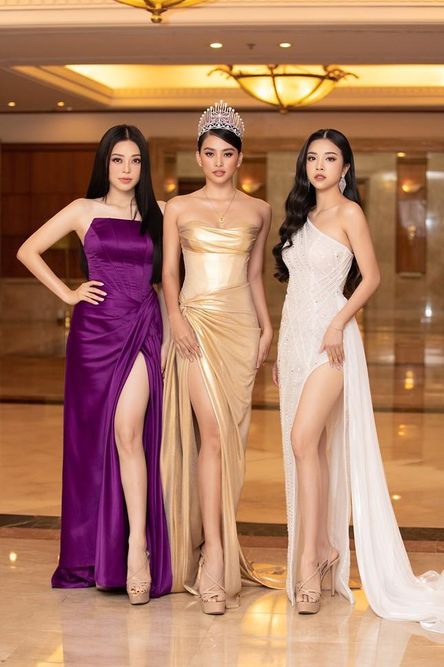 Dàn Hoa hậu, Á hậu lộng lẫy khoe sắc trên thảm đỏ họp báo Hoa hậu Việt Nam 2020 ảnh 1