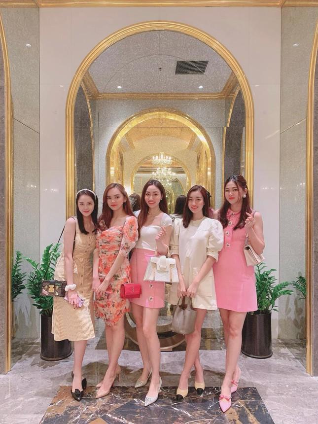 Tiểu Vy-Minh Tú đọ sắc với váy dạ hội đỏ rực, khoe đường cong sexy khiến fans 'ngây ngất' ảnh 10