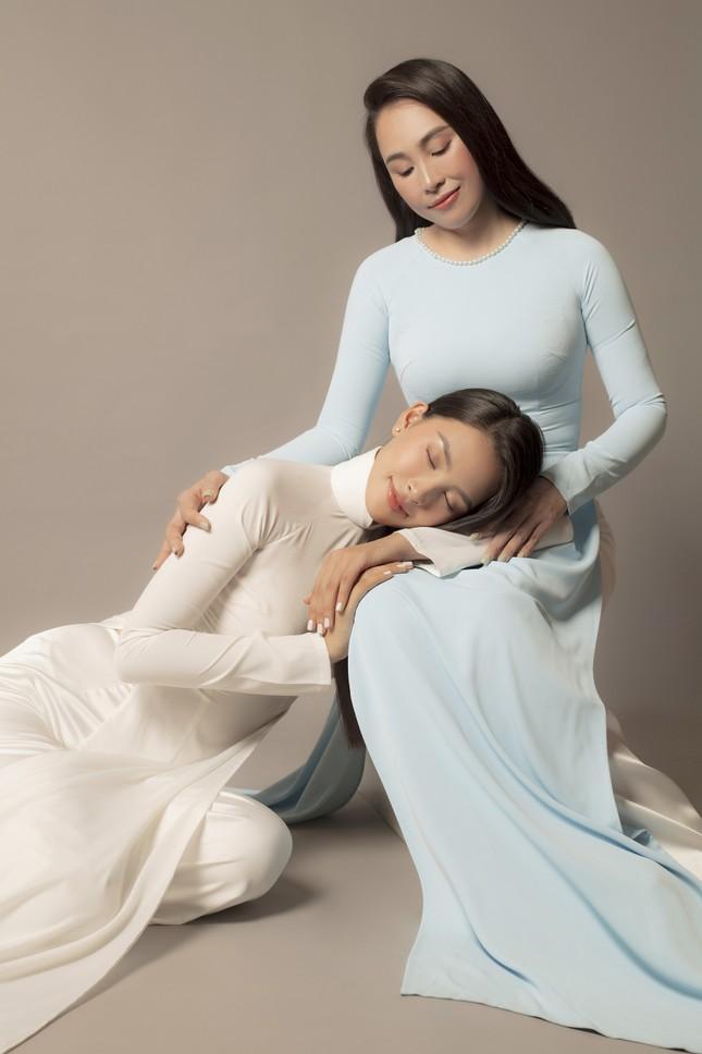 Mẹ Hoa hậu Tiểu Vy gây sốt với nhan sắc trẻ trung trong bộ ảnh 20/10 cùng con gái ảnh 3