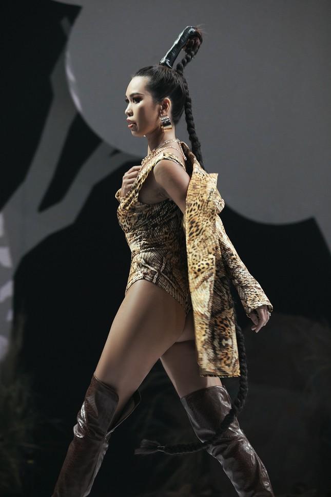Siêu mẫu Hà Anh tái xuất sàn diễn thời trang, khoe thân hình đồng hồ cát nóng 'bỏng mắt' ảnh 8