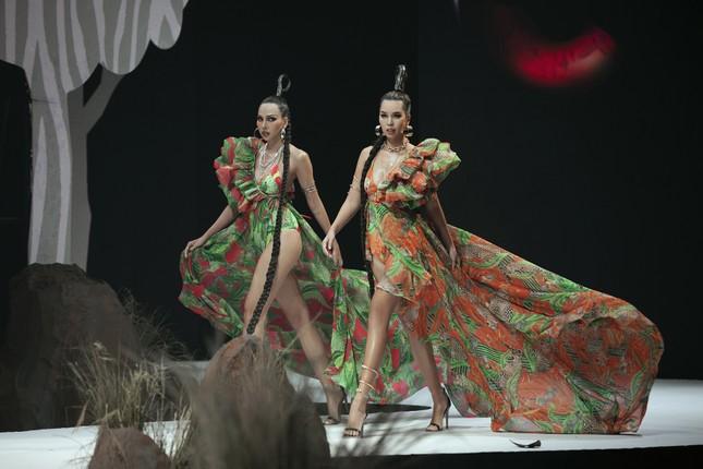 Siêu mẫu Hà Anh tái xuất sàn diễn thời trang, khoe thân hình đồng hồ cát nóng 'bỏng mắt' ảnh 5