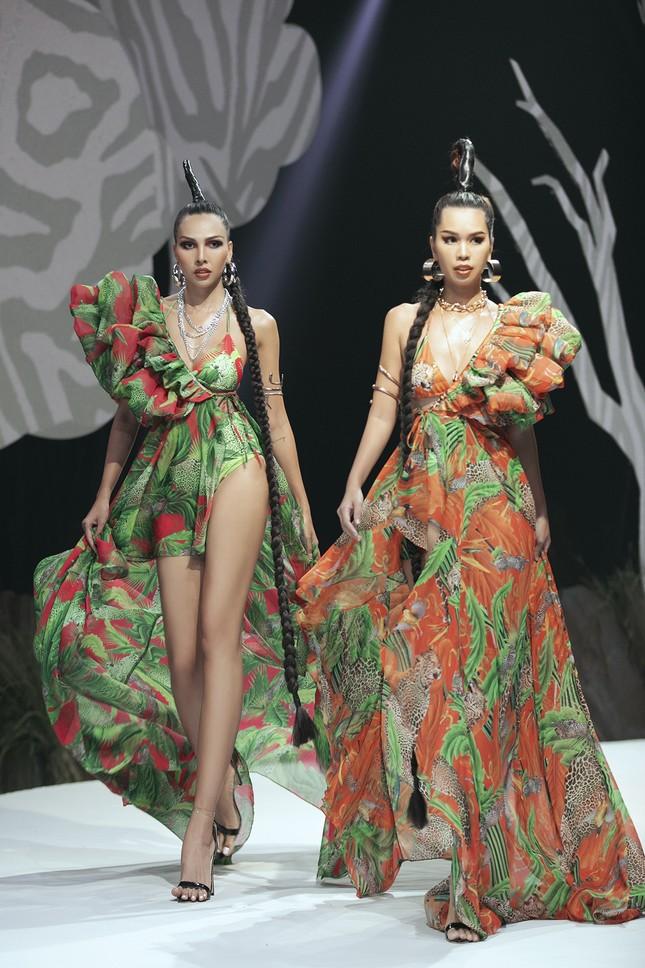 Siêu mẫu Hà Anh tái xuất sàn diễn thời trang, khoe thân hình đồng hồ cát nóng 'bỏng mắt' ảnh 4