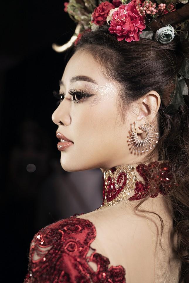 Siêu mẫu Hà Anh tái xuất sàn diễn thời trang, khoe thân hình đồng hồ cát nóng 'bỏng mắt' ảnh 11