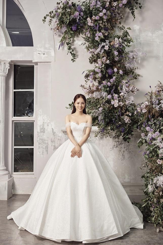 Á hậu Thuỵ Vân sẽ thiết kế váy cưới cho bạn gái kém 16 tuổi của NSND Công Lý ảnh 2