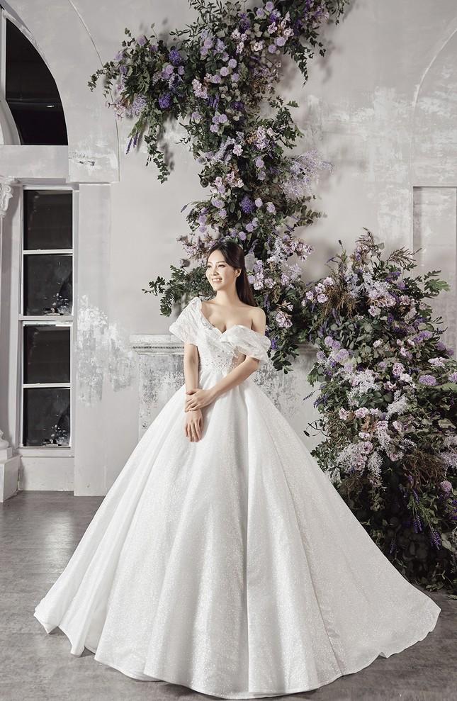 Á hậu Thuỵ Vân sẽ thiết kế váy cưới cho bạn gái kém 16 tuổi của NSND Công Lý ảnh 5