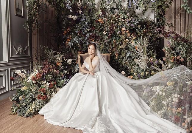 Á hậu Thuỵ Vân sẽ thiết kế váy cưới cho bạn gái kém 16 tuổi của NSND Công Lý ảnh 6