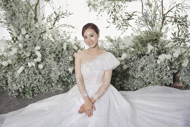 Á hậu Thuỵ Vân sẽ thiết kế váy cưới cho bạn gái kém 16 tuổi của NSND Công Lý ảnh 7