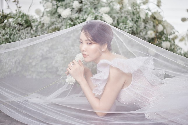 Á hậu Thuỵ Vân sẽ thiết kế váy cưới cho bạn gái kém 16 tuổi của NSND Công Lý ảnh 9