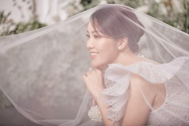 Á hậu Thuỵ Vân sẽ thiết kế váy cưới cho bạn gái kém 16 tuổi của NSND Công Lý ảnh 10