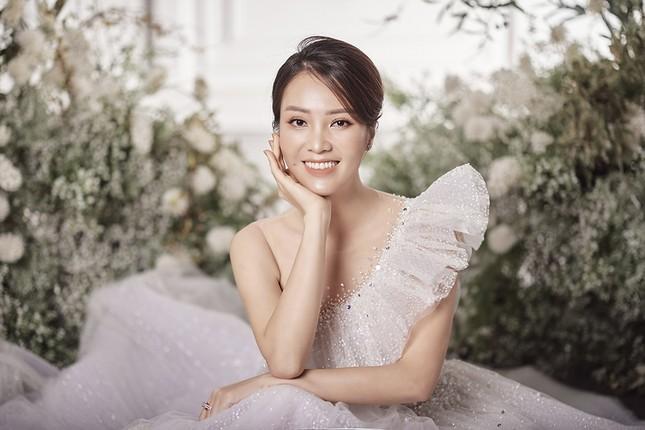 Á hậu Thuỵ Vân sẽ thiết kế váy cưới cho bạn gái kém 16 tuổi của NSND Công Lý ảnh 11