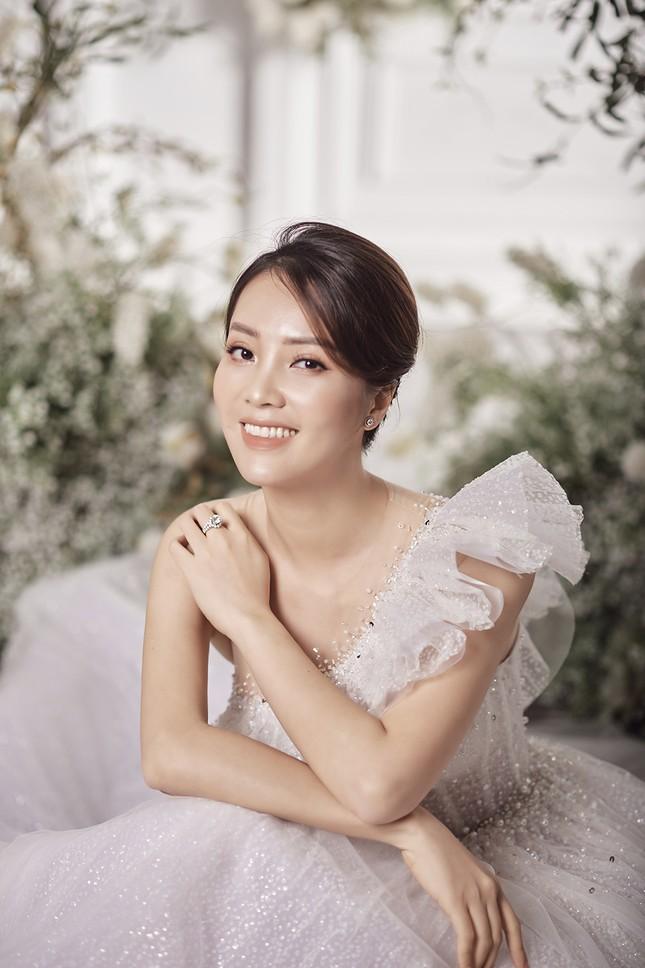 Á hậu Thuỵ Vân sẽ thiết kế váy cưới cho bạn gái kém 16 tuổi của NSND Công Lý ảnh 12