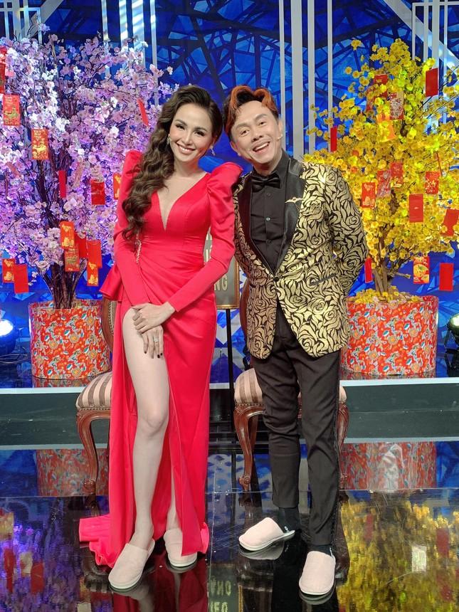 Dàn Hoa hậu, Á hậu nghẹn ngào nói lời vĩnh biệt danh hài Chí Tài ảnh 2