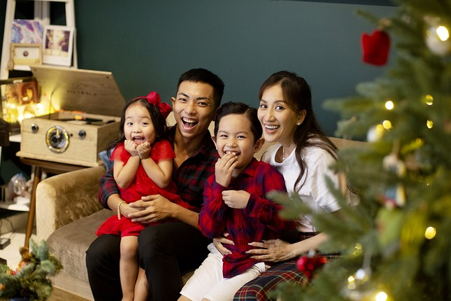 Vợ chồng Khánh Thi-Phan Hiển hôn nhau tình tứ trong bộ ảnh đón Giáng Sinh ảnh 1