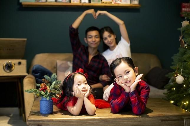 Vợ chồng Khánh Thi-Phan Hiển hôn nhau tình tứ trong bộ ảnh đón Giáng Sinh ảnh 9