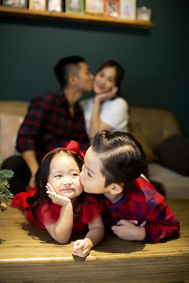Vợ chồng Khánh Thi-Phan Hiển hôn nhau tình tứ trong bộ ảnh đón Giáng Sinh ảnh 11