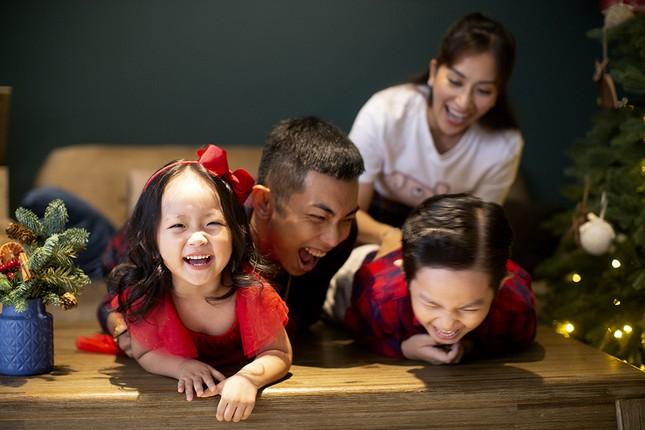 Vợ chồng Khánh Thi-Phan Hiển hôn nhau tình tứ trong bộ ảnh đón Giáng Sinh ảnh 10