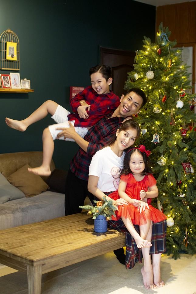 Vợ chồng Khánh Thi-Phan Hiển hôn nhau tình tứ trong bộ ảnh đón Giáng Sinh ảnh 2