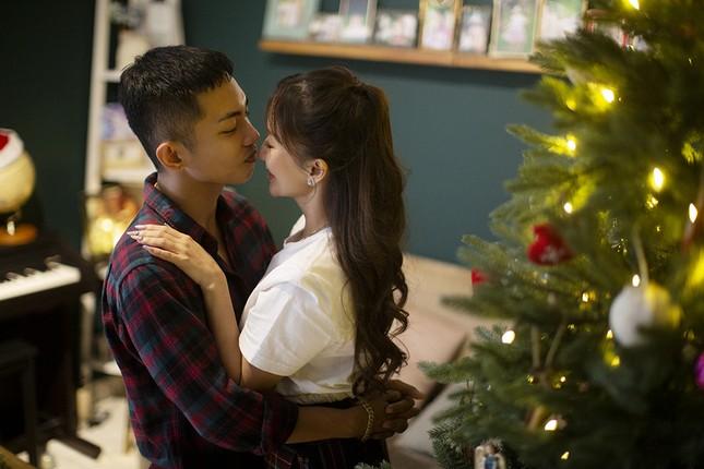 Vợ chồng Khánh Thi-Phan Hiển hôn nhau tình tứ trong bộ ảnh đón Giáng Sinh ảnh 4
