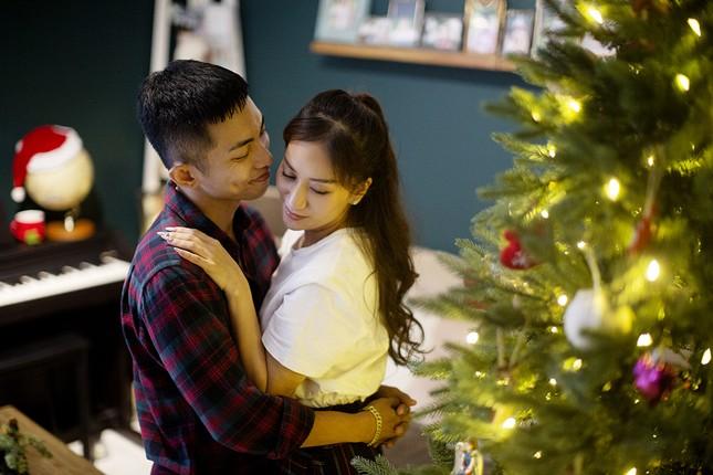 Vợ chồng Khánh Thi-Phan Hiển hôn nhau tình tứ trong bộ ảnh đón Giáng Sinh ảnh 5