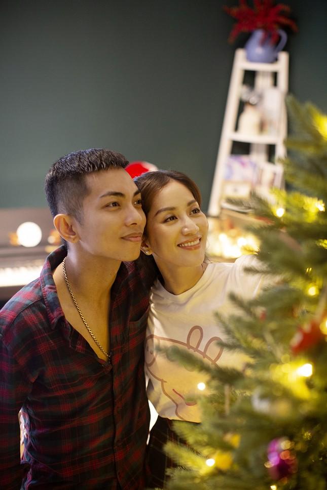 Vợ chồng Khánh Thi-Phan Hiển hôn nhau tình tứ trong bộ ảnh đón Giáng Sinh ảnh 3