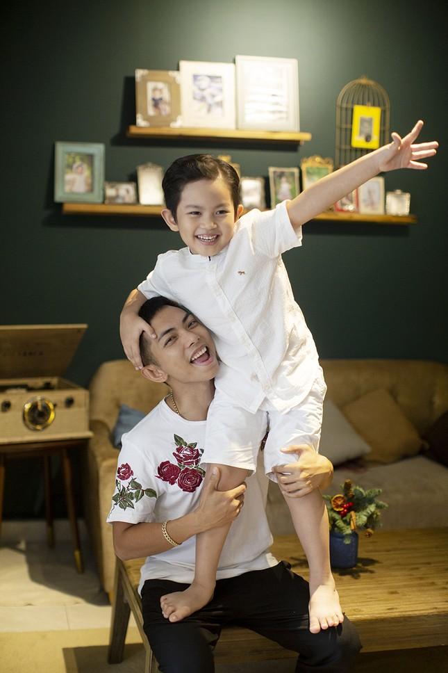 Vợ chồng Khánh Thi-Phan Hiển hôn nhau tình tứ trong bộ ảnh đón Giáng Sinh ảnh 7