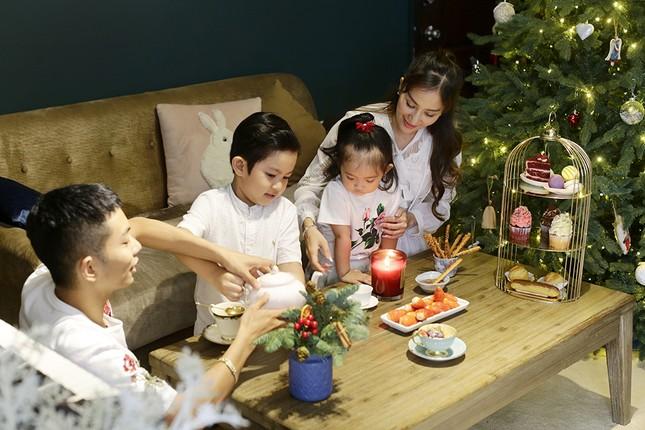 Vợ chồng Khánh Thi-Phan Hiển hôn nhau tình tứ trong bộ ảnh đón Giáng Sinh ảnh 12