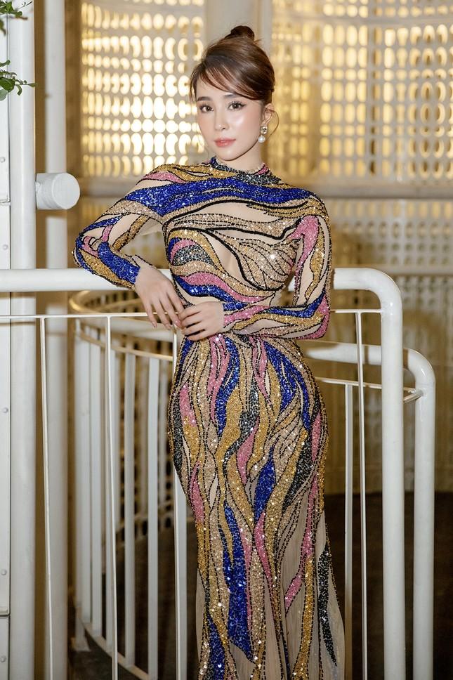 Mặc lại váy gây tranh cãi của Thái Thị Hoa, Quỳnh Nga khoe 3 vòng nóng bỏng ảnh 8