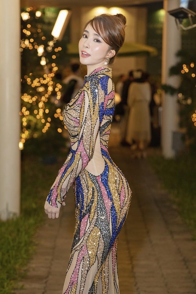 Mặc lại váy gây tranh cãi của Thái Thị Hoa, Quỳnh Nga khoe 3 vòng nóng bỏng ảnh 7