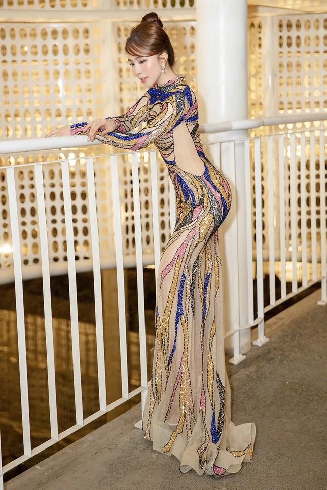Mặc lại váy gây tranh cãi của Thái Thị Hoa, Quỳnh Nga khoe 3 vòng nóng bỏng ảnh 6