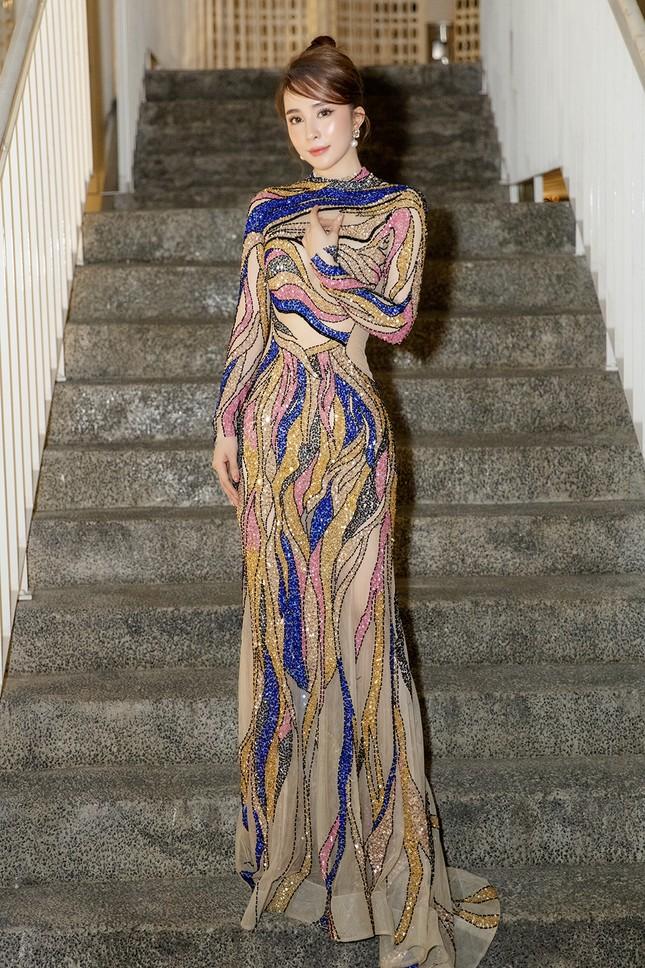 Mặc lại váy gây tranh cãi của Thái Thị Hoa, Quỳnh Nga khoe 3 vòng nóng bỏng ảnh 5