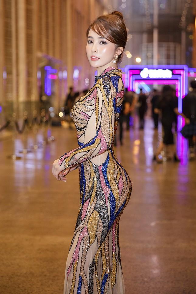 Mặc lại váy gây tranh cãi của Thái Thị Hoa, Quỳnh Nga khoe 3 vòng nóng bỏng ảnh 4