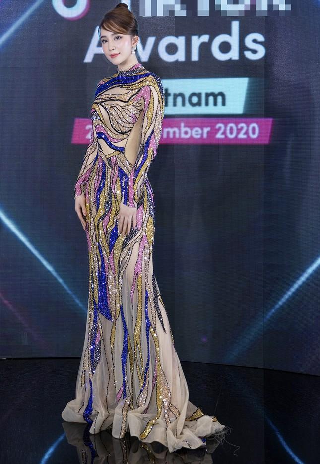 Mặc lại váy gây tranh cãi của Thái Thị Hoa, Quỳnh Nga khoe 3 vòng nóng bỏng ảnh 1