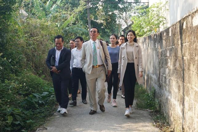 Hoa hậu Đỗ Thị Hà và hai Á hậu được fan nhí vây quanh trong chuyến từ thiện tại Thanh Hoá ảnh 1