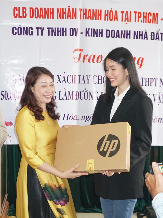 Hoa hậu Đỗ Thị Hà và hai Á hậu được fan nhí vây quanh trong chuyến từ thiện tại Thanh Hoá ảnh 4