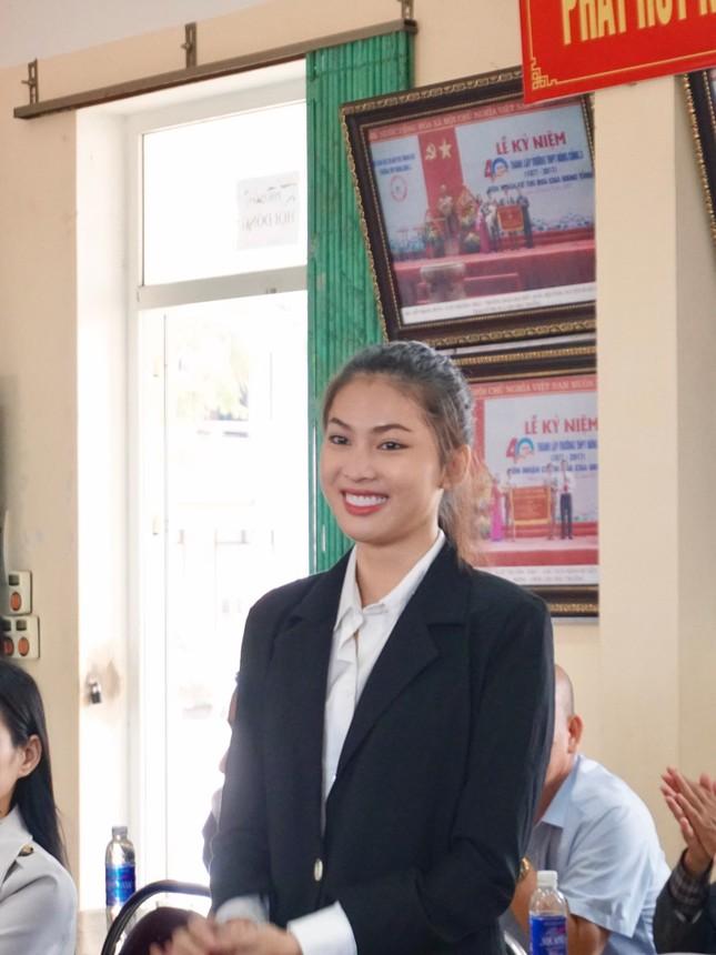 Hoa hậu Đỗ Thị Hà và hai Á hậu được fan nhí vây quanh trong chuyến từ thiện tại Thanh Hoá ảnh 3