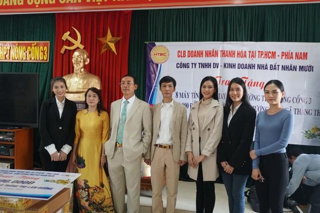 Hoa hậu Đỗ Thị Hà và hai Á hậu được fan nhí vây quanh trong chuyến từ thiện tại Thanh Hoá ảnh 2