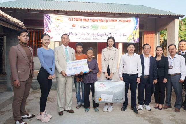 Hoa hậu Đỗ Thị Hà và hai Á hậu được fan nhí vây quanh trong chuyến từ thiện tại Thanh Hoá ảnh 7
